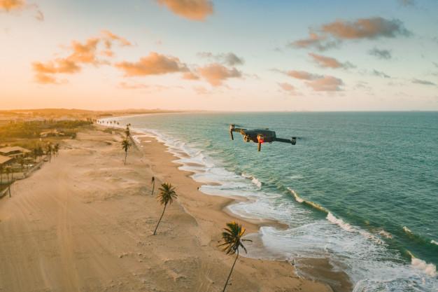 dron volando playa